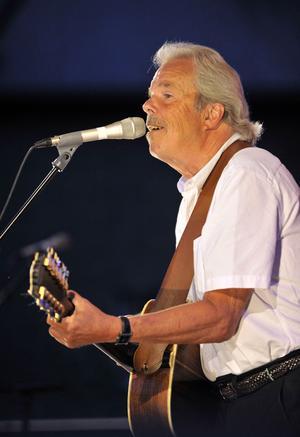 Lalla Hansson fick i gång publiken med sina sväninga låtar.