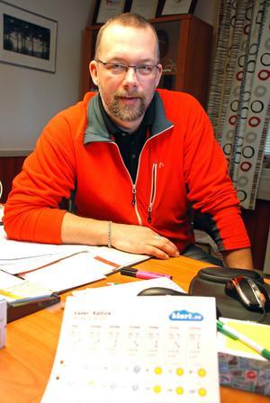 Marknadsgeneral Magnus Wikman med väderleksrapporten som visade sol även i söndags, men han är nöjd över årets höstmarknad trots den regniga söndagen.