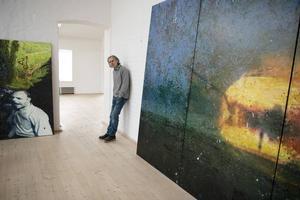 Max Book framför sin målning