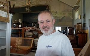 Ronny Lindberg gör sin sista Auktionsvecka. Han lägger ner sin auktionsbyrå på grund av för mycket jobb till för liten lönsamhet. Han planerar att sälja eller hyra ut före detta folkets hus-lokalen i Östtjärna.FOTO: CHARLOTTA RÅDMAN FRANS