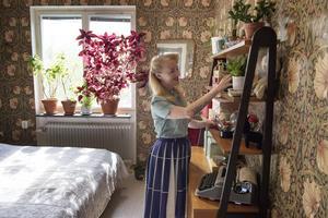 Den blommiga tapeten i sovrummet är ritad av William Morris (1834–1896).