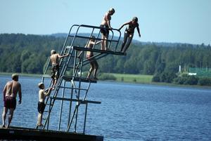 Hoppade. Några ungdomar vågade sig upp i hopptornet vid Käringshällsbadet i Säter och hoppade i vattnet. Foto:Roland Berg