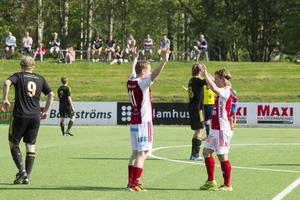 Marcus Olofsson gjorde 2–0-målet mot Sandvik och gratulerades av Linus Larsson. SIF är nu tvåa i tabellen.