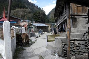 En av bergsbyarna kring skolan.
