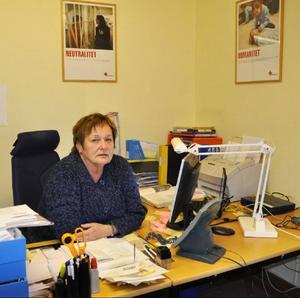 Gudrun Hansson får fortsätta sitt arbete i Östersund, ovisst när, eftersom hon innan dess ska vara kommunalråd i Strömsund.