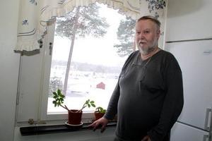 Fint, men kallt. Torbjörn Ström tycker att Gavlegårdarna kunde lägga fönsterreparationerna under en annan årstid.