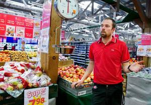 """""""Visst märks det att priserna gått upp på grönsaker, men kunderna kö per ändå allt mer frukt- och grönt och färskvaror och mindre kolonialvaror"""", säger Jerker Hansson, ansvarig för frukt- och grönsaksavdelningen på Ica Matpiraten i Östersund."""