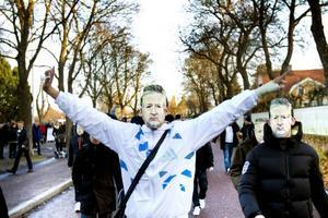 Förklädda. Högst av alla utanför Strömvallen hördes ett gäng DIF-fans, som klätt ut sig i Leif GW Persson-masker.
