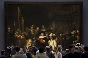 Besökare framför Rembrandts berömda målning Nattvakten.