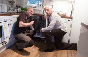 Jonas Eldh har installerat ett vattenlarm i diskbänksskåpet åt köpingsbon Seppo Laine.