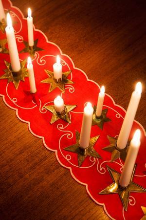 Stina Johansson samlar på julpynt från förr. Dukar och ljusstakar kom fram redan i mitten av november.