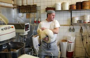 TUNGT HANTVERK. Bagaren Dennis Jarlvik lyfter degen till sirapslimpan till bakbordet.