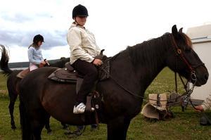 Ingen ponnyridning. Det var inga små ponnyer utan imponerande hästar som tog ut ridsugna på en tur. Klara Lehtosaari var en av dem.