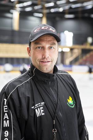 J/H-lagets tränare är Micke Eriksson...