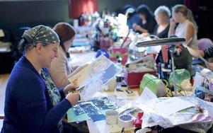 Ett 60-tal personer kom till Sveasalen i Leksand för att ägna sig åt scrapbooking. En hobby som enligt arrangörerna utvecklades av mormoner i USA, och som nu växer allt mer i Sverige. Foto: Claes Söderberg/DT