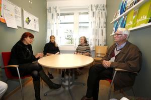 Personalen samtalar med Sven-Olof och frun Gun.