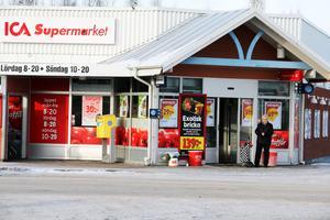 Ica Supermarket i Alfta blev till salu efter att Jonathan Barnes meddelat att han vill prioritera familjen i stället.