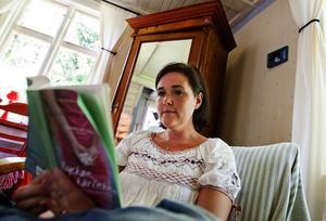 Lizette tycker att det är avkopplande att vara i stugan. Hon brukar ofta slå sig ner med en bok i vardagsrummet.