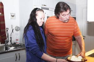 Undersköterskan Sara Wadin, just nu anställd av Addera Omsorgs konkursförvaltare, besökte igår Jan-Erik Lindh. Bland annat behövde han hjälp med att skala äggen till kvällsmackorna.