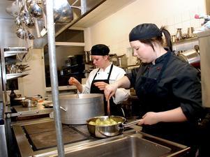 Genom åren har eleverna på restaurang- och livsmedelsprogrammet drivit Restaurang Kochen där allmänheten kunnat boka bord för lunch och specialmiddagar. På bilden ser vi Linnea Stenmalm som häller i några påsar mald saffran i fisksoppan medan Malin Olenius fixar potatisen.