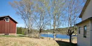 Utsikt till sjön och nära till naturen.