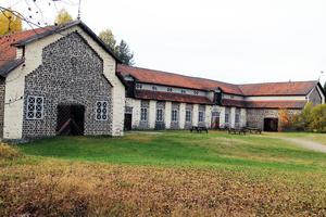 Bruksstallet i Svabensverk, numera konsertlokal och museum, är byggt i slaggsten. Det byggdes runt 1866.