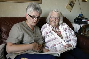 Undersköterska Ing-Marie Westberg och Gunvor Westling känner varandra sedan tidigare. Ing-Marie hade Gunvor som lärare i klass sex. I dag är rollera ombytta.