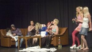 Elever från Torsbergsgymnasiets omvårdnadsprogram inledde kvällen med ett rollspel om drogmissbruk
