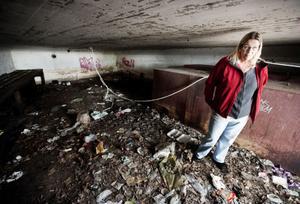 Här brukar det bo mellan 10-15 personer, berättar Marlene Lindgren-Sköld. Valvet saknar dörr och det stinker rejält där inne.