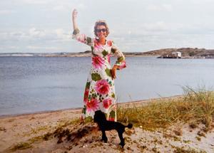 Hippieinspirerat. Inger-Moncia och pudeln Carmen firade midsommar i Falkenberg.