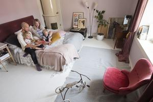 Familjen Sundh använder sängen som soffa i det kombinerade sov- och vardagsrummet. Här får hela familjen plats och kan ha gemensam sagostund.