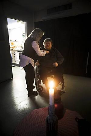 Kjell-Erik Lindvall får hjälp att knyta sin halsduk inför vernissagen.