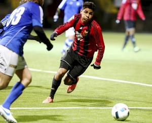 Den dribblingsvillige forwarden Hosam Aiesh flyttar med omedelbar verkan från Östersund till Göteborg, men ska spela med Varberg i Superettan.