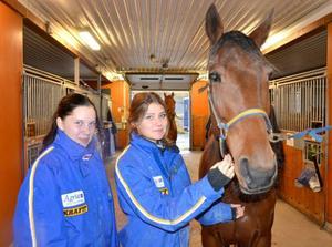 Ida Lindberg från Hackås och Linn Bäckman från Bräcke har precis börjat travgymnasiet på Wången. De är nöjda med sitt val så här långt.