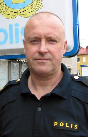 Polisens områdeschef i Mellersta Gävleborg, Rolf Ångström, har precis fått klart med sina underlydande chefer.  Söderhamn får en kvinnlig polischef: Gudrun Unogård.