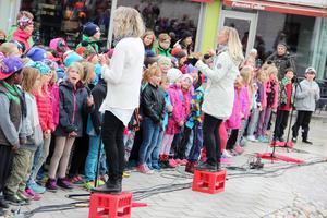 200 barn från Faluns skolor sjunger in sommaren på Stora Torget tillsammans med Kulturskolans lärare. Foto: Anna Gustafsson/Arkiv