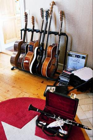 Studion, som behändigt ligger vägg  i vägg med köket, är full av instrument. Mest blåsinstrument och gitarrer, men även ett par fioler.