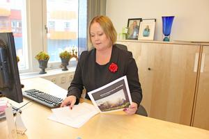 Kommunstyrelsens ordförande Ulrika Falk (S) studerar Swecos befolkningsprognos.