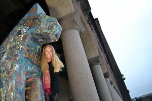 Johanna Jönsson bredvid den trähäst som utgör blickfång vid stadshuset.