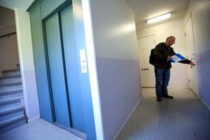 Under vintern har Alexander Souri gått runt bland lägenheterna i Torvalla för att nå ut till arbetslösa invandrare. ABF ska starta en kurs  i området för både arbetslösa svenskar och invandrare, för att öka integrationen och få invandrarna att öka kunskapen om det svenska samhället. Foto: Håkan Luthman