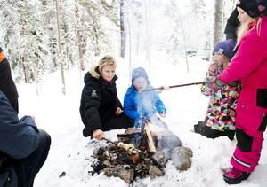 Kerstin Andersson, Melwin Andersson, Agnes Jakobsson och Alma Jakobsson grillade pinnbröd.