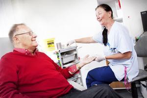 Att ha nära till vården var avgörande för Hans Paugart när han bytte till Gävle Strands hälsocentral. Hit går han på diabeteskontroll hos distriktssköterskan Solveig Nilsson.
