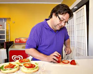 Att hantera en kniv är inga problem för en vänsterhänt så                                     länge kniven inte är ergonomisk. Ludde Johansson skär vant upp tomater still mackorna som öborna beställt.