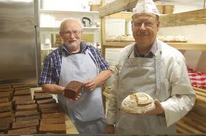Trogna vänner blev bagare. Krister Landerholm och Claes Lindholm har arbetat hårt det senaste året med att bygga upp bageriet. Nyligen slog de upp portarna till det lilla bageriet i Skebobruk.