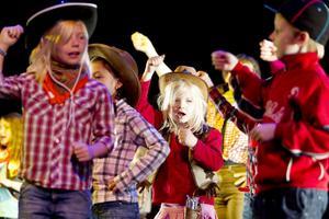 Indianfjädrar, scarfar, rutiga skjortor och cowboyhattar. Det fanns allt och lite till när 70 barn samsades om utrymmet på scenen inne i Folkets hus.