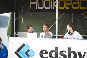Från vänster: Arrangörerna Mikael Skjärvold och Erik Hellström i med diskjockey som stod för musiken under cupen.