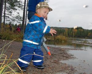 Jerry Björkkvist tyckte det dröjde lite för länge att fiskar plaskade i vattnet och fixade eget plask med lite stenar.
