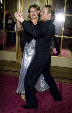 Följer fint. Dansaren Björn Törnblom bjuder upp Gudrun Schyman på en svängom.