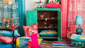 Starka färger från Indien inspirerar inredningen och passar ofta bra som blickfång i skandinaviska miljöer, från Indiska.