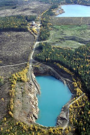 Industriområdet ligger mellan gruvan, närmast i bild, och Sandmagasinet. Anrikningsverkets stomme har efter att bilden togs i oktober 2006 flyttats till Wallbergs åkeri. (arkivbild)